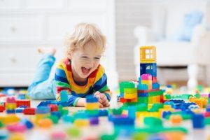 Barn som leker med klossar